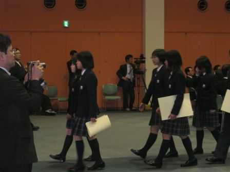 大川賞の賞状を持った生徒 退場s.jpg